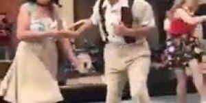 Casal dando um show de dança em praça, olha só como eles mandam super bem!!!