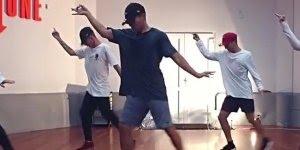 Coreografia perfeita, esses garotos mandam muito bem, olha só que legal!!!!