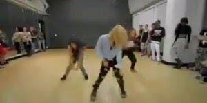 Dança impecável destas três! Olha só que sincronia, elas são feras!!!