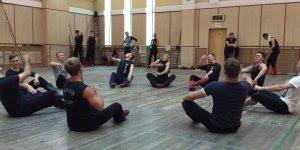 Dança tradicional Russa,olha só a força que estes rapazes tem nas pernas!!!