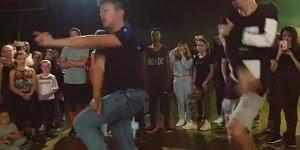 Dupla de amigos dançando, dançar é uma arte, veja que legal!