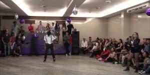 Esse dois dançam muito, veja só este vídeo super legal com varias performance!!!