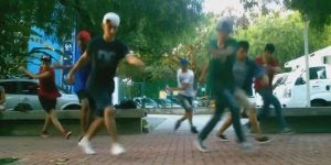 Esses moleques dançam muito! Veja só que performance para tão poucos segundos!!!