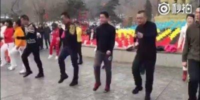 Galera dançando em praça no Japão, para dançar não tem hora nem lugar!!!