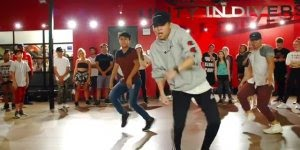 Garotos dançando, olha só a sincronização destes rapazes, eles mandam bem!!!