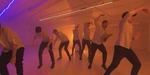 Grupo dançando, olha só que legal este efeito, parece espelho!!!