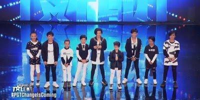 Grupo de crianças se apresentando em show de talentos, olha só lindos!!!