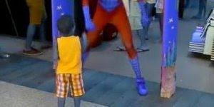 Homem aranha dançando, este super herói dança muito, confira!