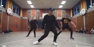 Marque dois amigos para ensaiar com você essa dança, curta, mas incrível!