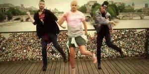 Meninos dançando Spice Girls em Paris, simplesmente lacraram!