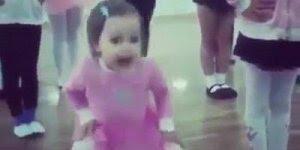Momento fofura do dia, veja esta lindinha dançando balé de maneira fofa!!!