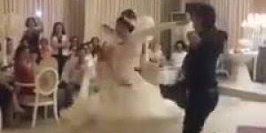 Noiva e noivo dançando em casamento, olha só que legal esta dança tipica!!!