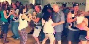 Papais dançando com seus bebês em apresentação para mamães, olha só que legal!!!