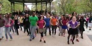 Pessoas dançando forro em praça, olha só que galera animada!!!