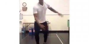 Rapaz dançando sapateado, olha só como ele manda bem no que faz!!!