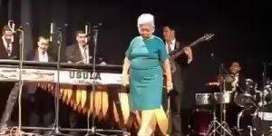 Senhora dançando, por que para dançar não tem idade, não tem regras!!!