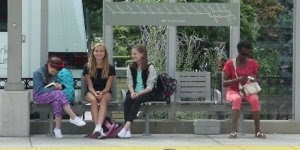 Como as pessoas reagem ao verem uma garota sofrendo bullying!!!