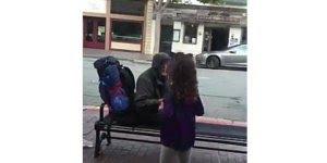 Criança para de comer e leva seu prato para morador de rua, que linda atitude!