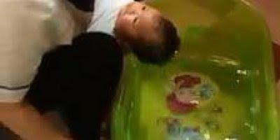 Menino dando banho em bebê, ainda existem filhos enviados por Deus!