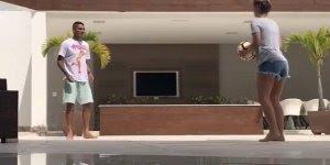 Casal brincando de bola na área de lazer da casa, não precisa muito espaço!