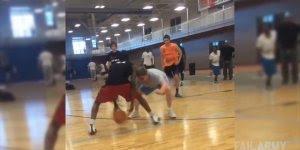 Esse manja do basquete!!! Fiquei com pena do cara no chão, kkk!!!