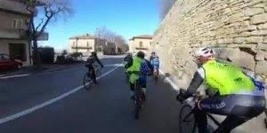 Homem com roupa de padre pedalando e passando as bikes mais invocadas!