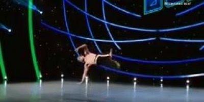 Homem dá show de capoeira em programa de televisão, confira!