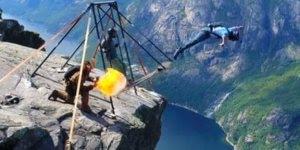 Impressionantes pulos de um penhasco, você teria coragem?