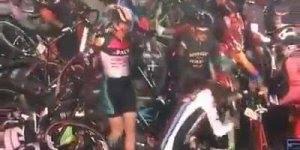 Piloto de moto atrapalha corrida dos ciclistas, foi trágico mas foi engraçado!