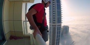 Pulando de paraquedas de cima de um arranha-céu no meio da cidade!