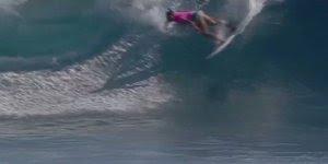 Surfista Joahanne Defal fazendo show no mar, confira e compartilhe!