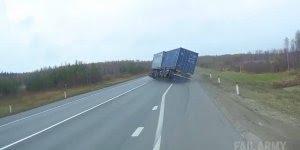 Caminhão é flagrado perdendo o controle e saindo da rodovia!