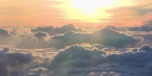 Como é o nascer do sol por cima das nuvens? Aqui você vai poder conferir!