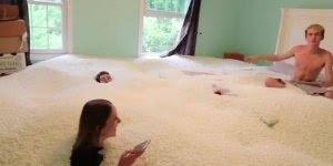 Enchendo a casa com pérolas de isopor, um sonho de toda criança!