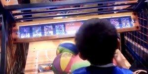 Garotinho não erra uma bola em game de basquete, olha só que impressionante!!!