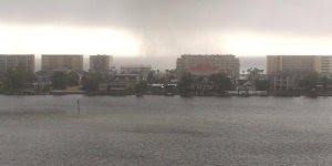 Homem filma de perto pequeno tornado, as imagens dão medo!
