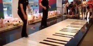 Impressionante a maneira que estes dois tocam este enorme teclado com os pés!!!