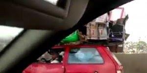 Impressionante a quantidade de caixas que este carro esta carregando!!!