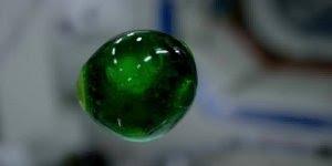 Impressionante como os líquidos se comportam em microgravidade!!!