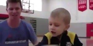 Impressionante habilidade desta garotinho em empilhar os dados com copo!!!