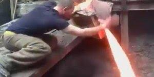 Impressionante homem passa sua mão por uma cascata de ferro diluído!!!