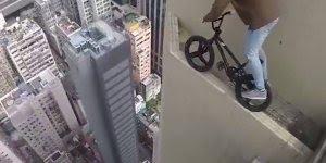 Impressionante, jovem equilibrando uma bicicleta na beira de um prédio!!!