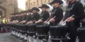 Inacreditável a percussão destes caras! Veja a precisão, a sincronia!!!