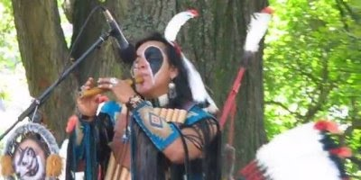 Índios americanos tocando e dando um show em praça pública, muito lindo!