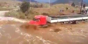 Meu Deus que coragem!!! Com a força da agua foi muito arriscado o que ele fez!!!
