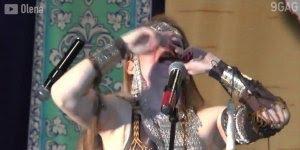 Mulher faz show de sons diversificados usando a boca, impressionante!