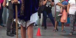 Mulher levita em show de rua, com será que ela consegue?