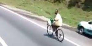 Olha só que impressionante este homem andando de bicicleta a 60 por hora!!!