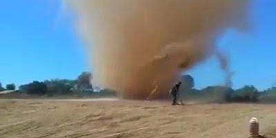 Redemoinhos de poeira, um fenômeno típico de dias muito quentes e secos!