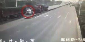 Vídeo impressionante de caminhão desgovernado destrói carro.